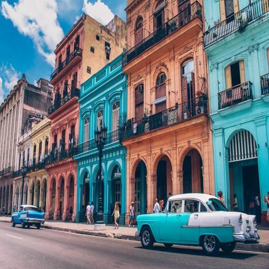 キューバの街並みとクラシックカー
