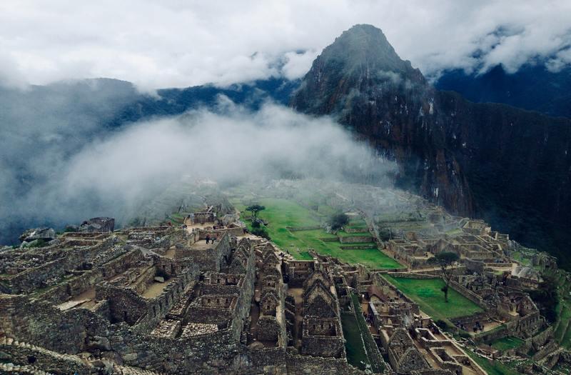 雲がかかったマチュピチュ遺跡