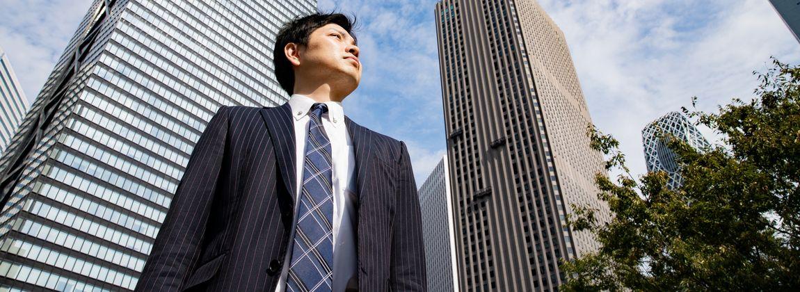 上を見る男性会社員