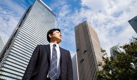 空を見上げる男性社員